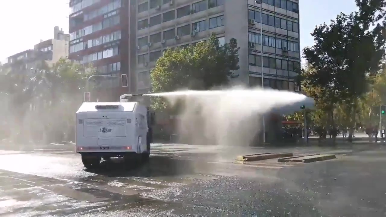 Carabineros Attack Protesters Demanding Amnesty for Political Prisoners With Water Cannons