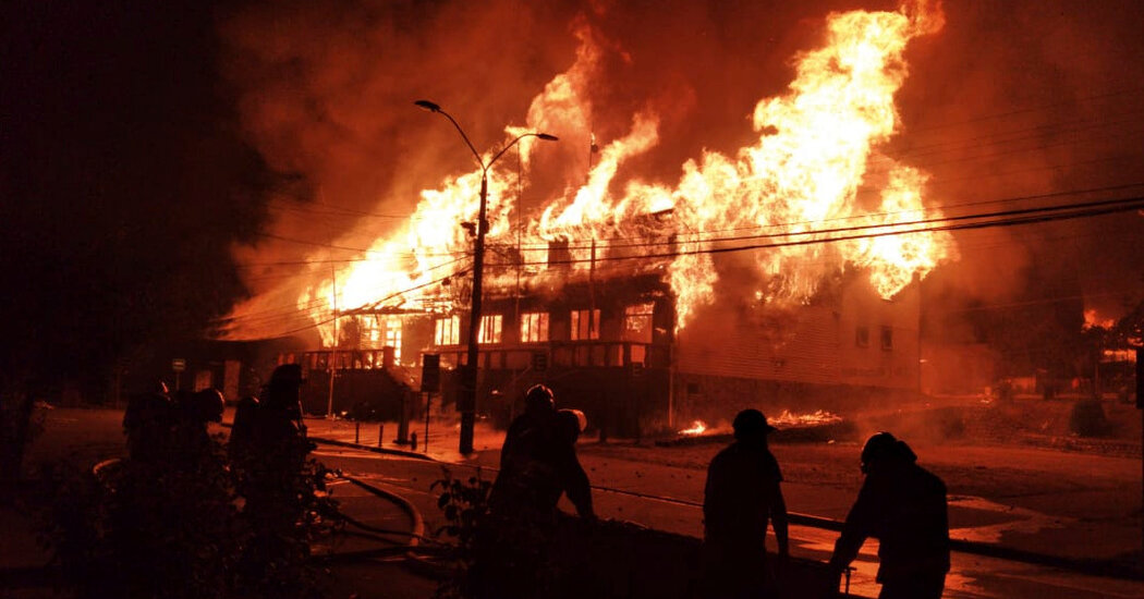 Hundreds of Chileans in Panguipulli Burn Municipal Buildings After Police Murder Street Artist